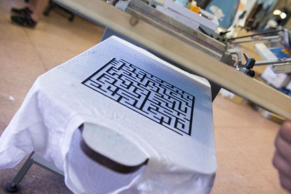 extraliberi-cooperativa-sociale-stampando-maglietta